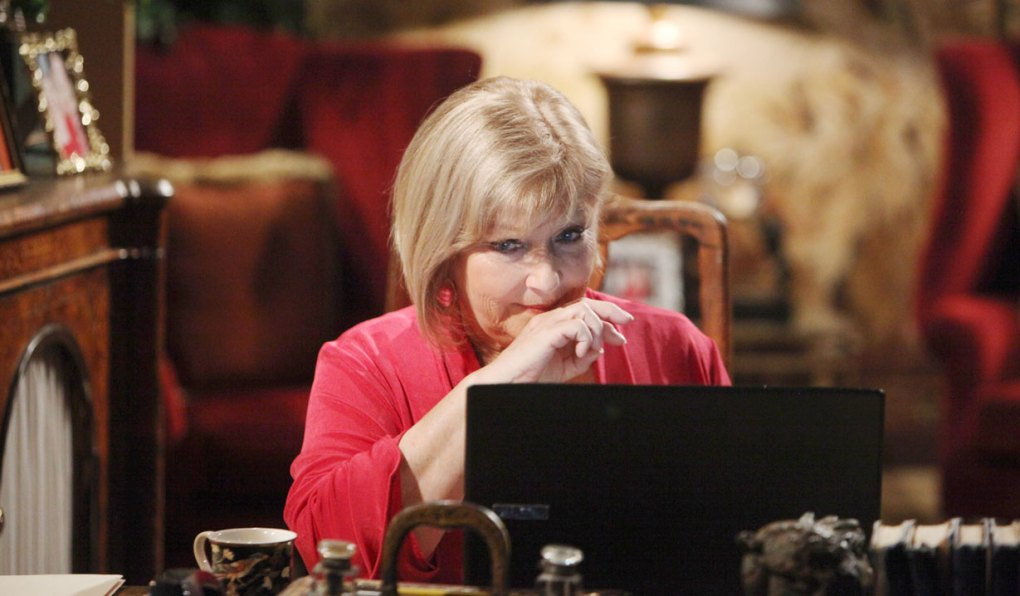 traci looks at laptop on young and the restless