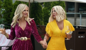 Jennie Garth and Tori Spelling drink by the pool on BH90210