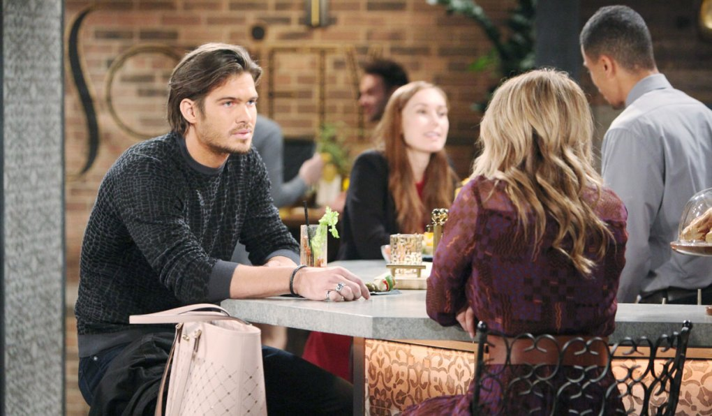 theo and summer talk at bar at society on young and restless