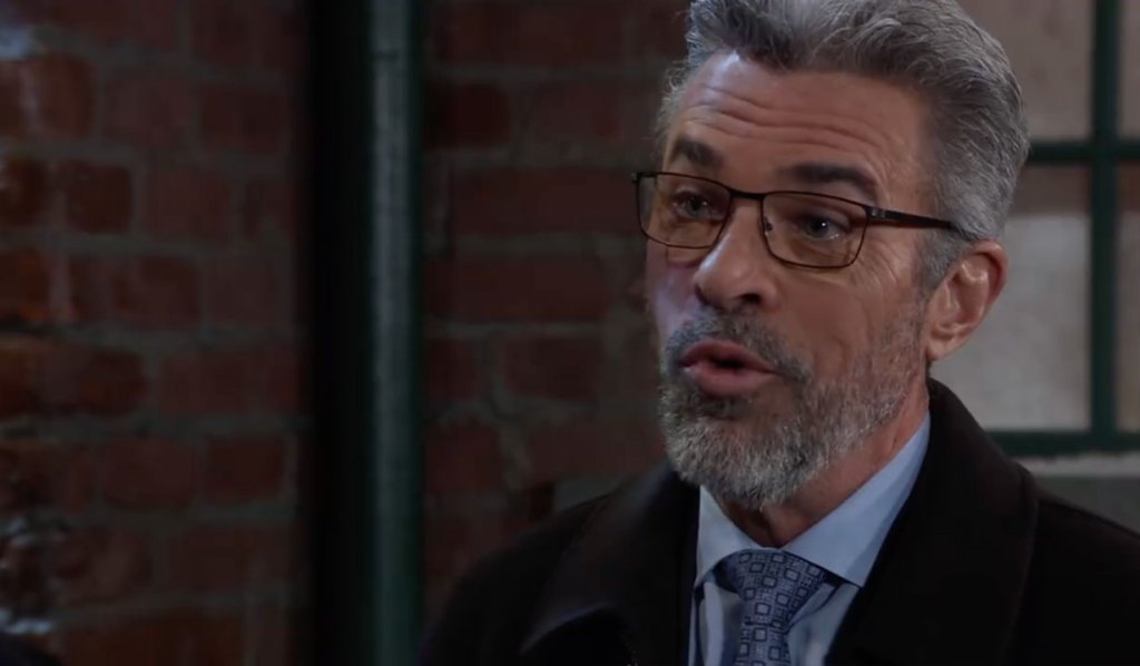 Mac questions Taggart outside of Kelly's on General Hospital