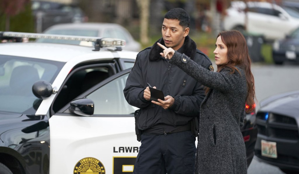 Lynn and a cop investigate Aurora Teagarden Mysteries Game of Cat and Mouse