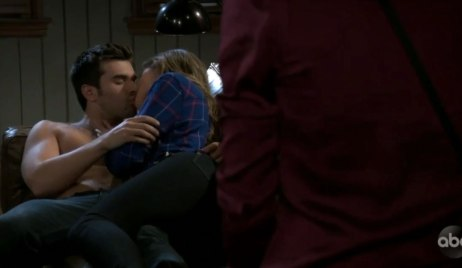Willow sees Chase and Sasha making out on General Hospital