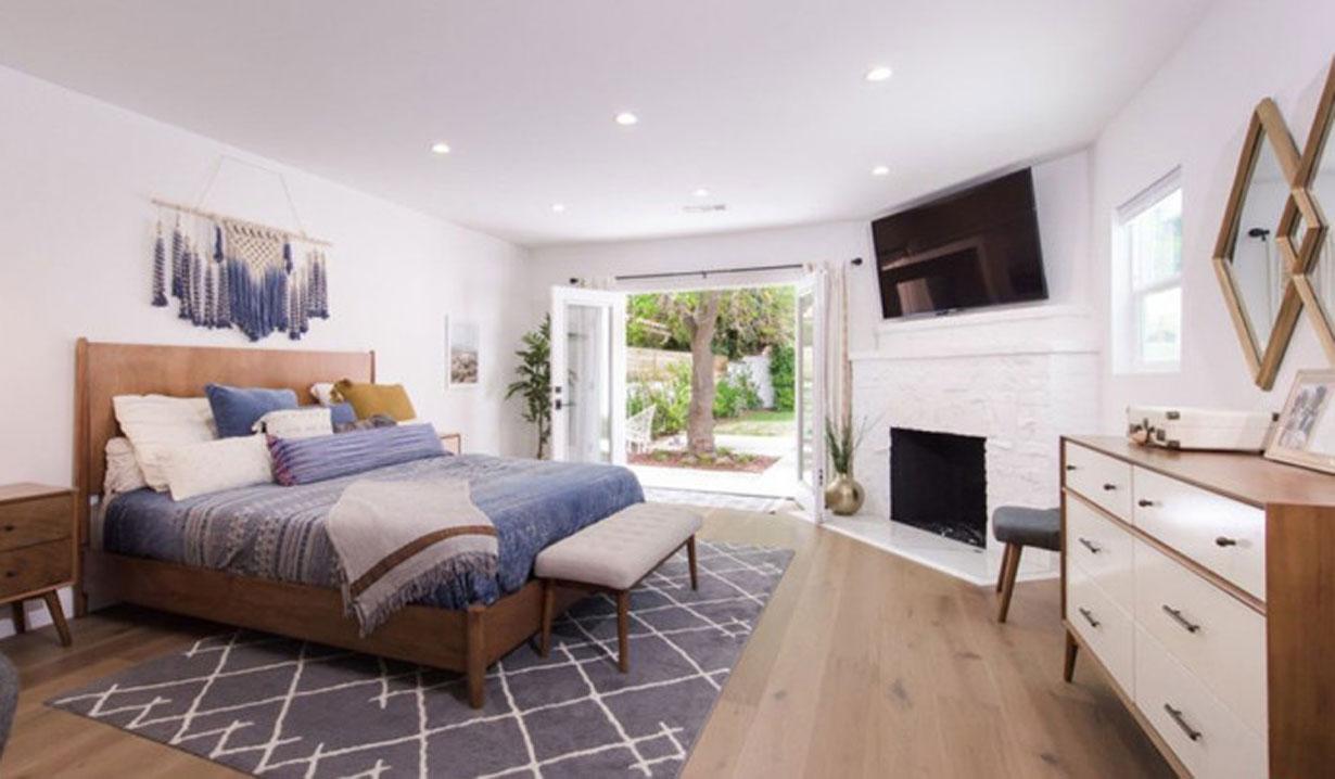 Melissa Ordway flips house bedroom Y&R