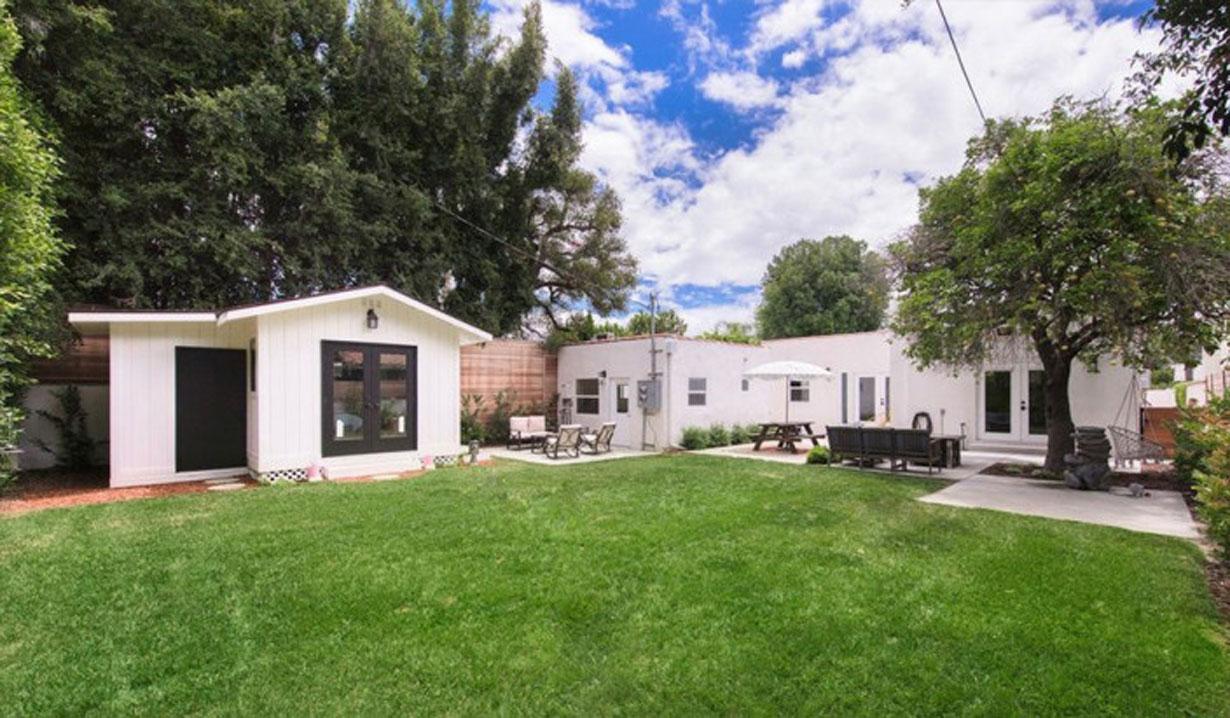 Melissa Ordway flips house yard Y&R