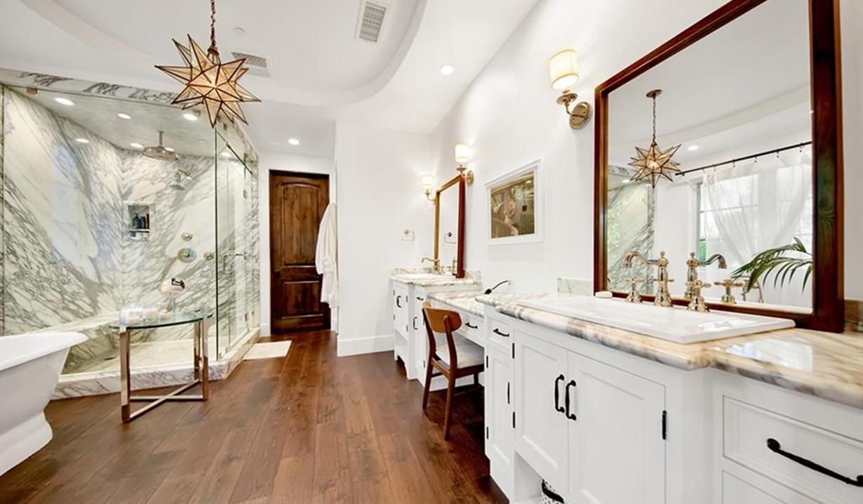 Brittany Snow house bath GL