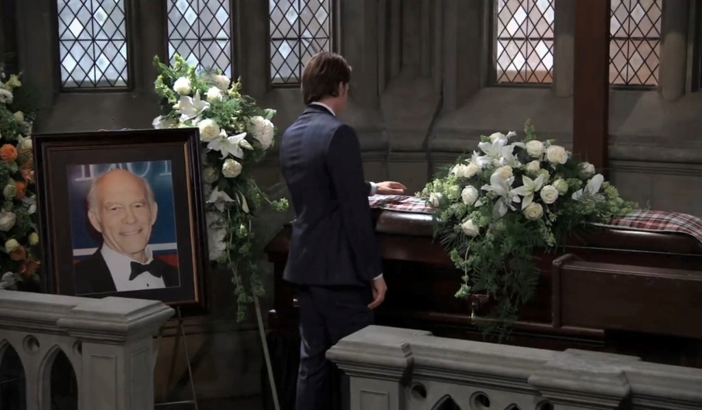 Michael pays his respects at Mike's funeral General Hospital