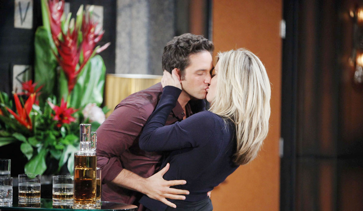 Carly and Johnny kiss on GH