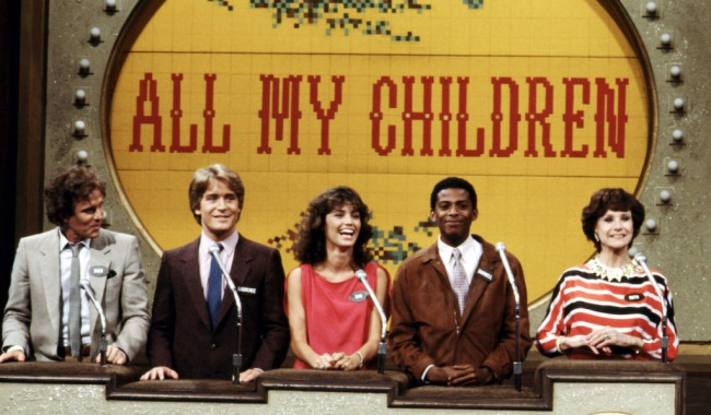 FAMILY FEUD, cast from 'All My Children', (from left): Dack Rambo, Laurence Lau, Kim Delaney, Darnell Williams, Ruth Warrick, (1982), 1976-85