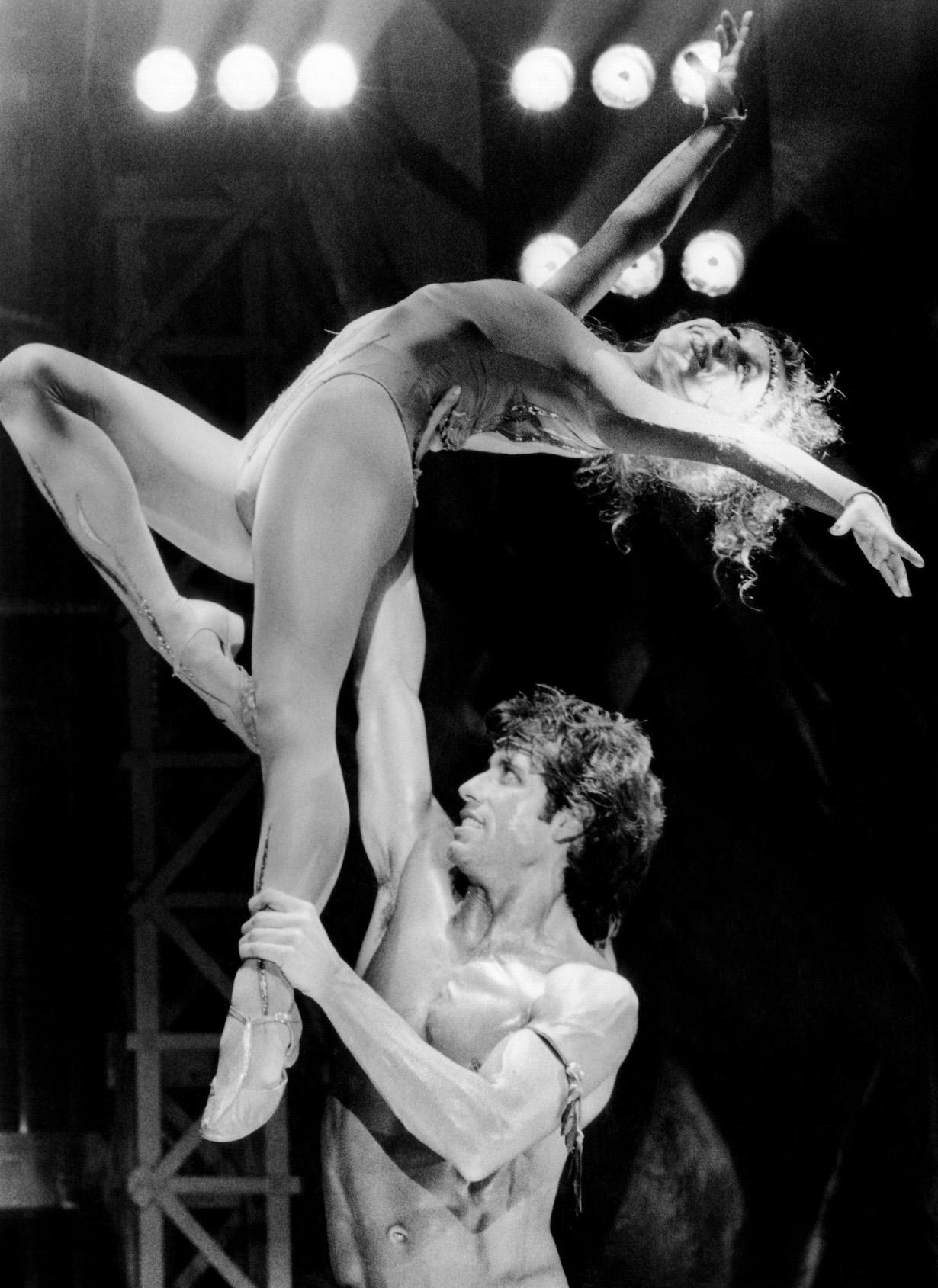 STAYING ALIVE, John Travolta, lifting Finola Hughes, 1983, ©Paramount/courtesy Everett Collection