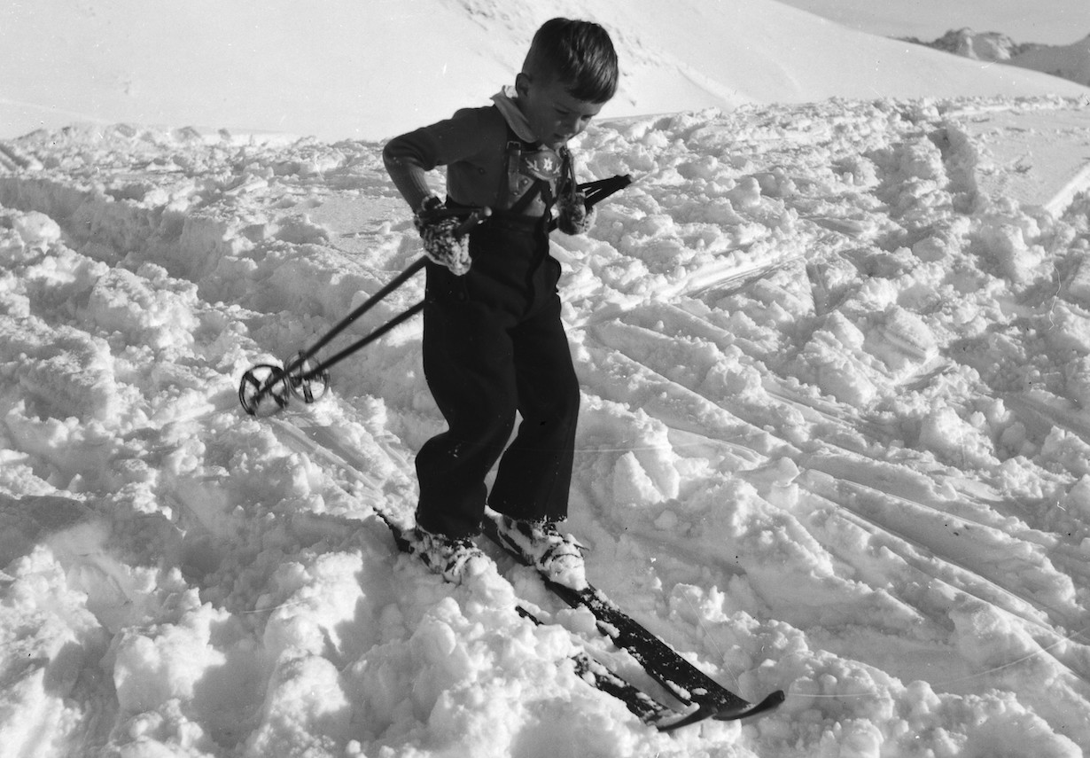 Young skier standing on skis Photo: Vyntage Visuals (06323_06)