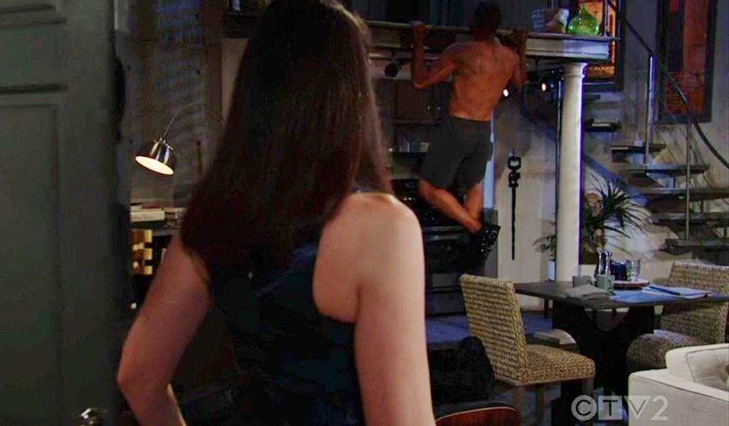 Quinn komt binnen terwijl Carter pull-ups doet B&B