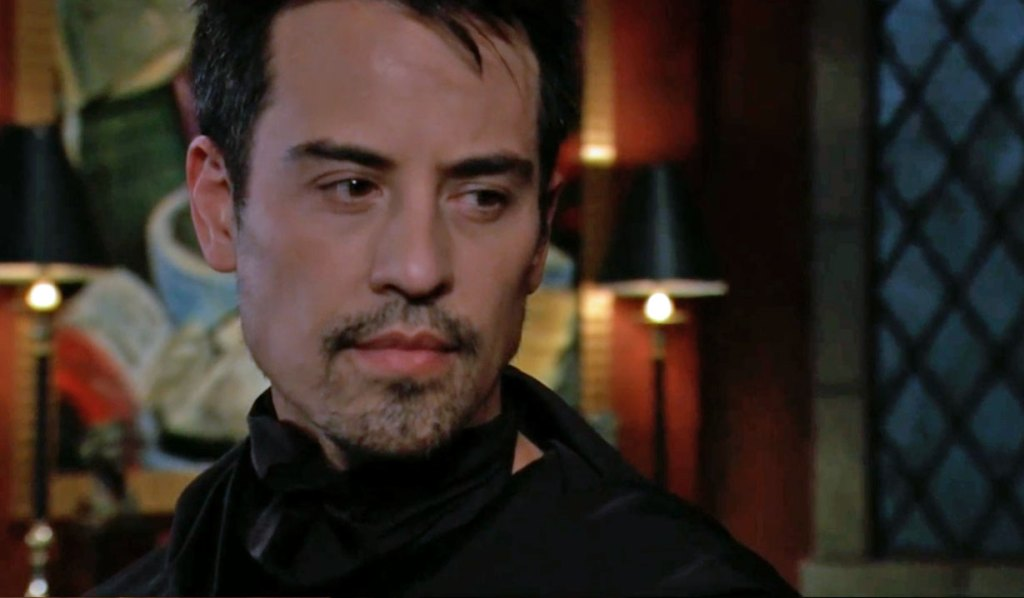 Nikolas removes mask GH