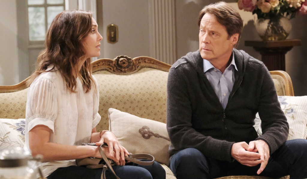Jack and Gwen talk on Julie's couch on Days of Our Lives
