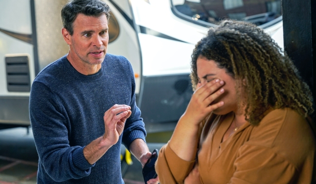 """THE BIG LEAP: L-R: Scott Foley and Simone Recasner in the """"Classic Tragic Love Triangle"""" episode of THE BIG LEAP airing Monday, Sept. 27 (9:00-10:00PM ET/PT) on FOX. © 2021 FOX Media LLC. CR: Jean Whiteside/FOX."""